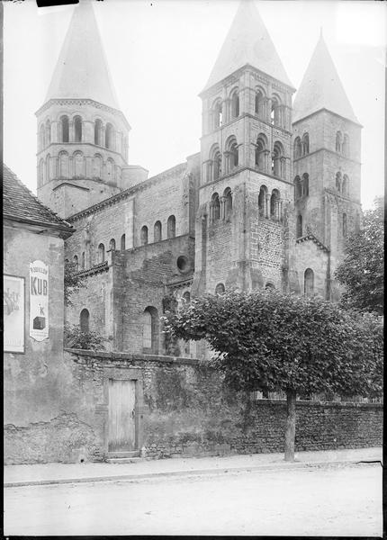 Ensemble nord-ouest avec tours d'entrée et clocher
