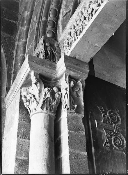 Détail des chapiteaux sculptés et partie du linteau, côté gauche du portail ouest