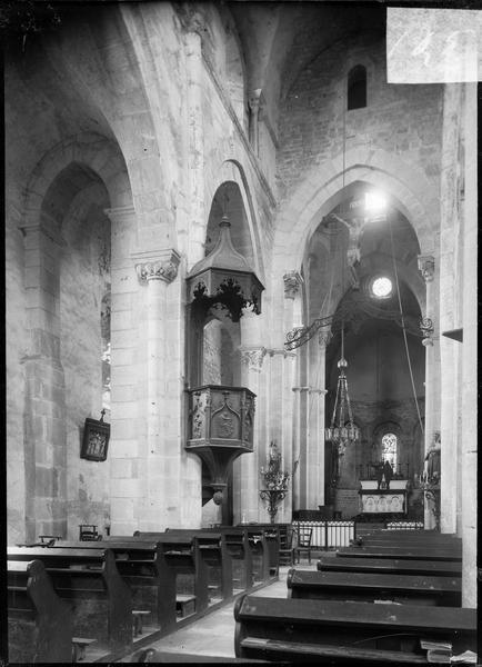 Intérieur : nef avec chaire à prêcher, vers le choeur