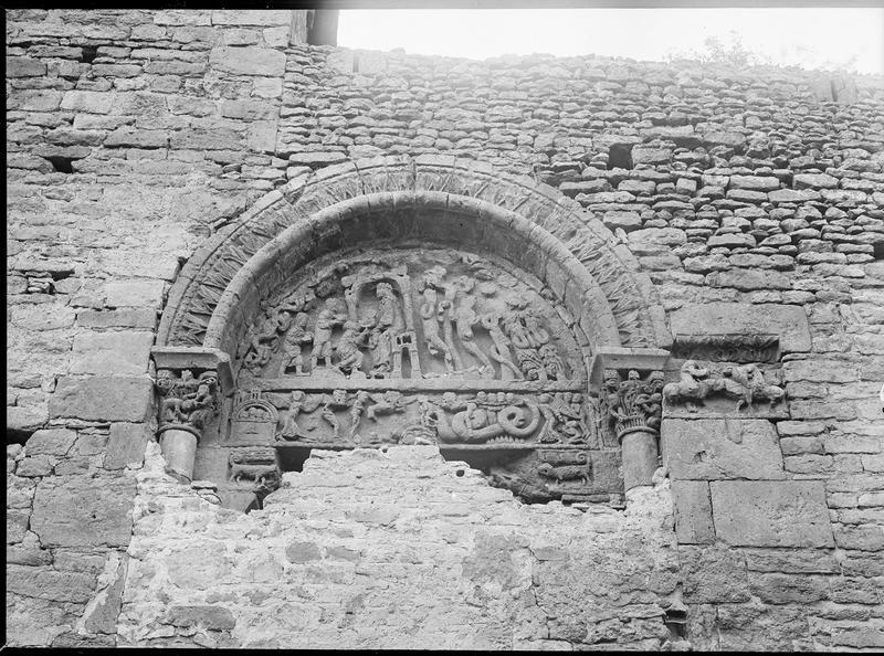 Tympan, côté sud, représentant l'Adoration des mages et le pêché d'Adam et Eve