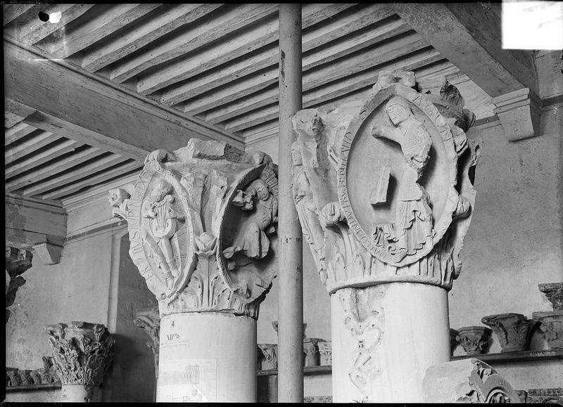 Chapiteaux sculptés