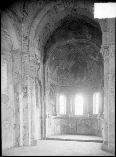 Intérieur : abside de la chapelle haute avec peintures murales