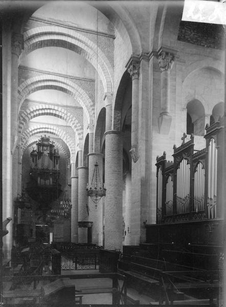 Intérieur : nef vers l'entrée, surmontée d'un orgue
