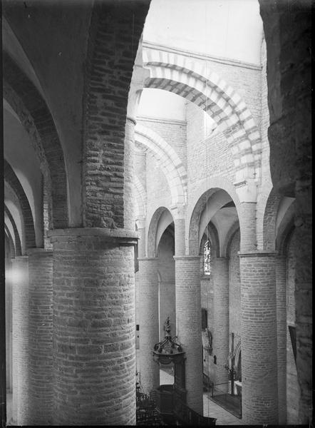 Intérieur : arcades de la nef, vues en plongée