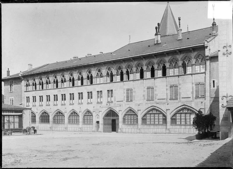 Façade ouest sur cour du palais du Pape Gélase et clocher de l'église