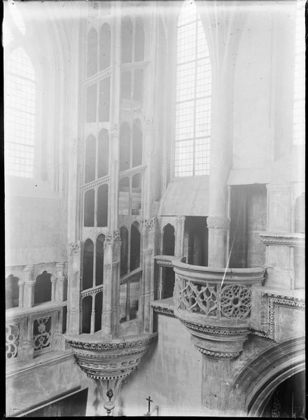 Intérieur : transept nord avec escalier et balcon