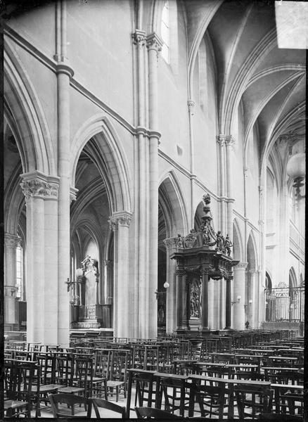 Intérieur : partie de la nef vers le choeur, avec banc d'oeuvre