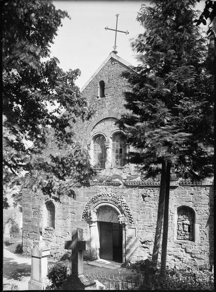 Façade principale avec portail d'entrée