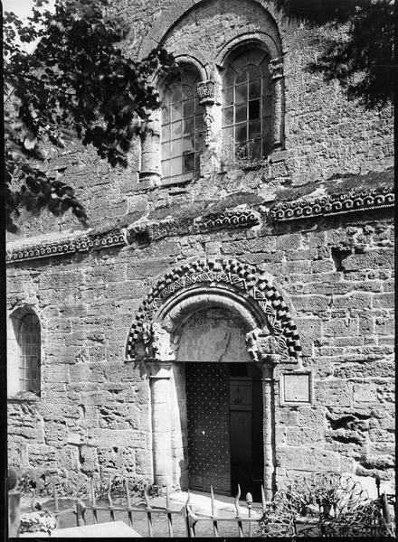Partie de la façade principale avec portail d'entrée et baie géminée