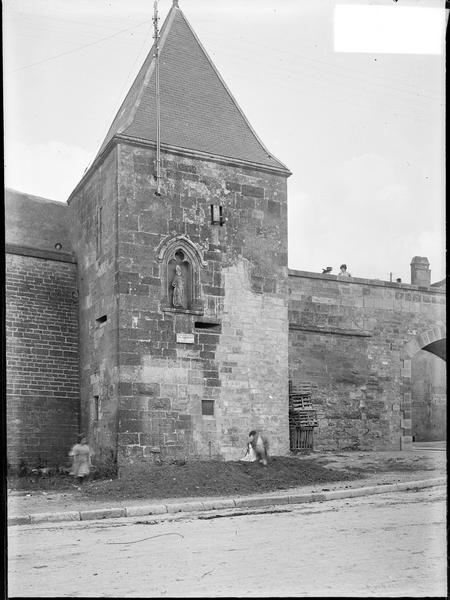 Tour de défense avec niche et statue