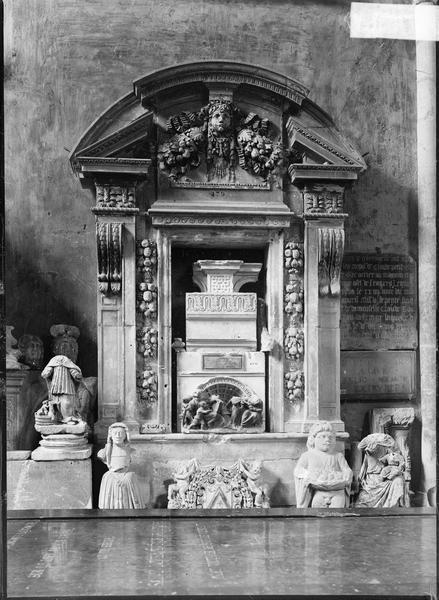 Intérieur : dépôt lapidaire, niche et statues