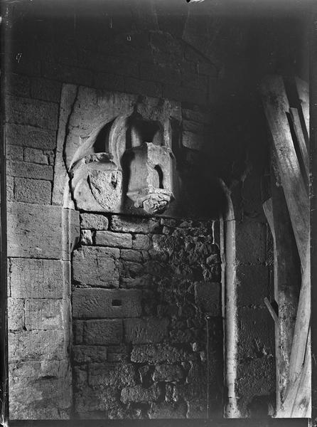 Intérieur : arcade aveugle en ruines