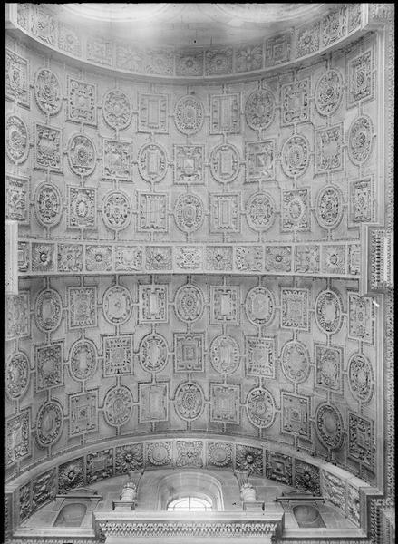 Intérieur : voûte à caissons de la chapelle Sainte-Croix