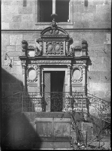 Porte d'entrée surmontée d'un fronton sculpté