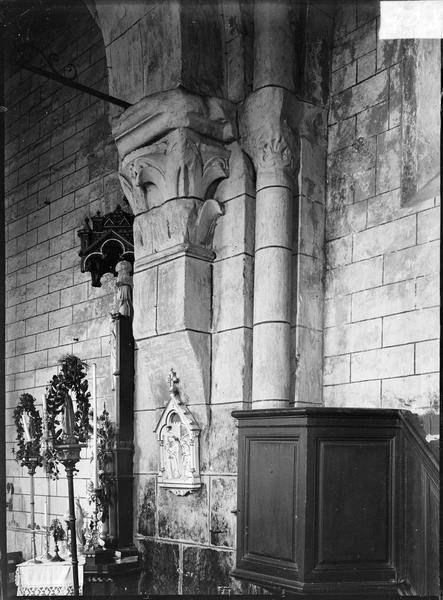 Intérieur : bas-côté nord, colonnes adossées à chapiteaux sculptés