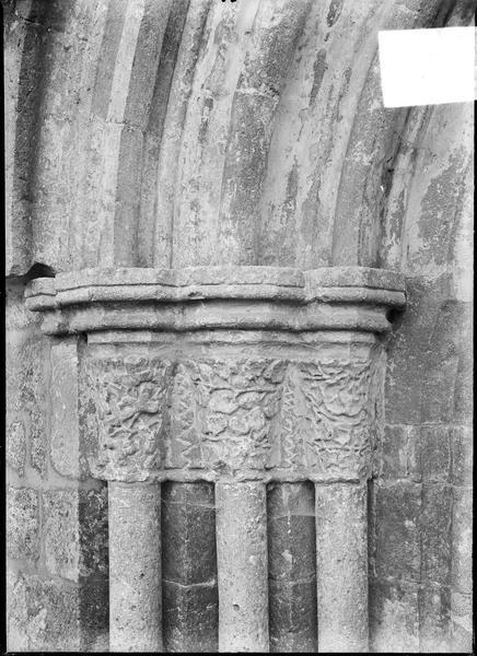 Portail ouest, côté gauche, colonnes à chapiteaux sculptés