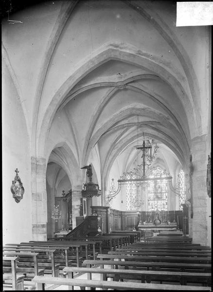 Intérieur : nef avec chaire à prêcher et poutre de gloire vers le choeur