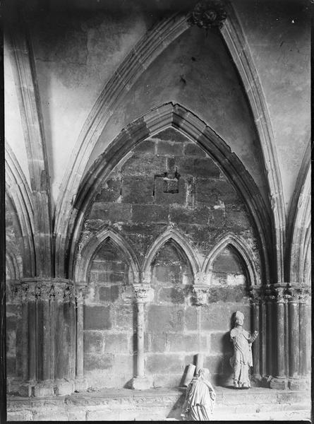 Intérieur : galerie sud du cloître, mur avec colonnettes