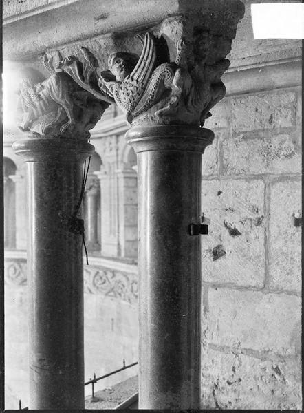 Intérieur : choeur, colonnes à chapiteaux sculptés d'une baie du triforium