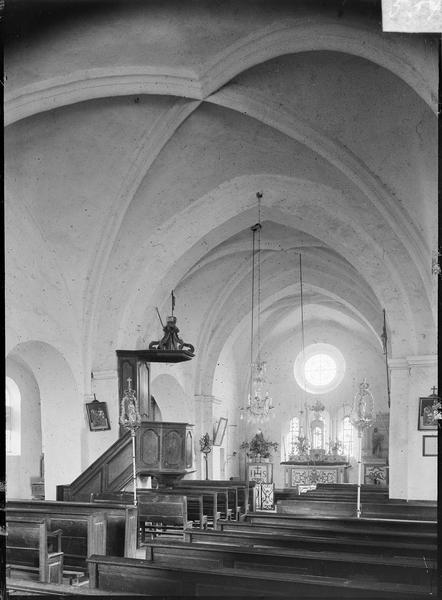 Intérieur : choeur depuis la nef, avec chaire à prêcher