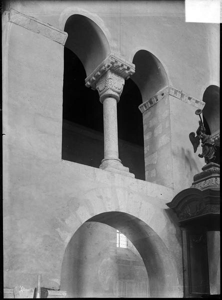 Intérieur : nef, côté nord, claire-voie avec colonnette à chapiteau sculpté