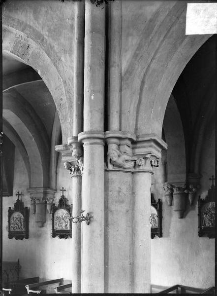 Intérieur : nef, colonnes à chapiteaux sculptés représentant des têtes humaines