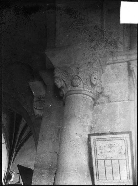 Intérieur : choeur, piliers et chapiteaux au sud