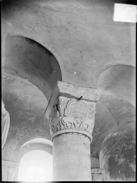 Intérieur : nef, claire-voie avec colonnette à chapiteau sculpté