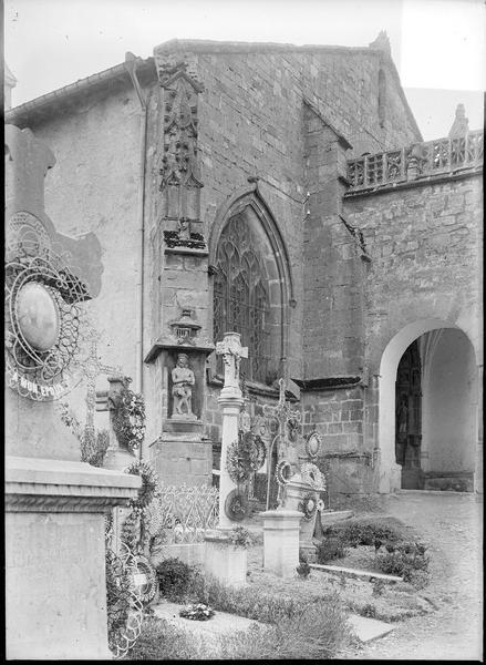 Ensemble nord-ouest, vue partielle du porche avec cimetière au premier plan