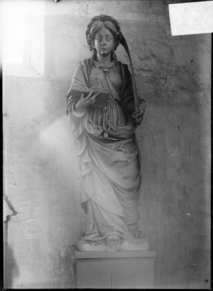 Intérieur : statue d'une sainte martyre au livre
