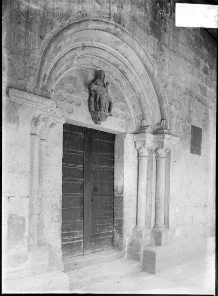Portail sous porche surmonté d'une Pietà