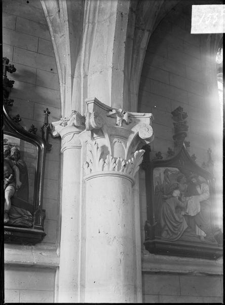 Intérieur : bas-côté, colonne à chapiteau sculpté et tableaux