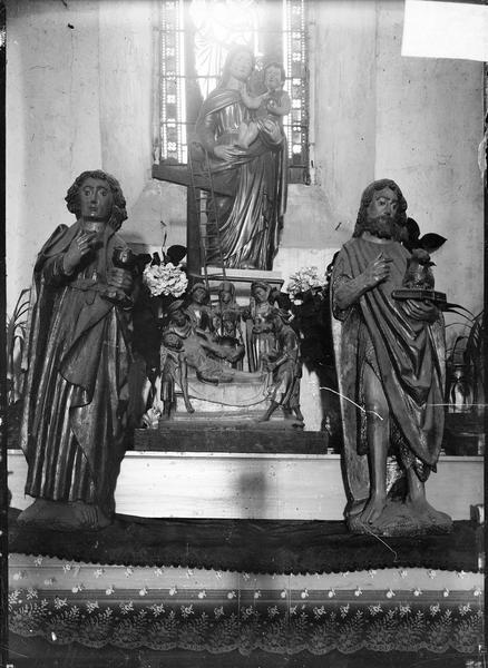 Intérieur : autel avec ensemble de statues dont Pietà, Vierge à l'Enfant et saints