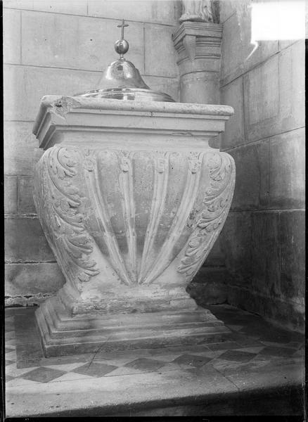 Intérieur : fonts baptismaux