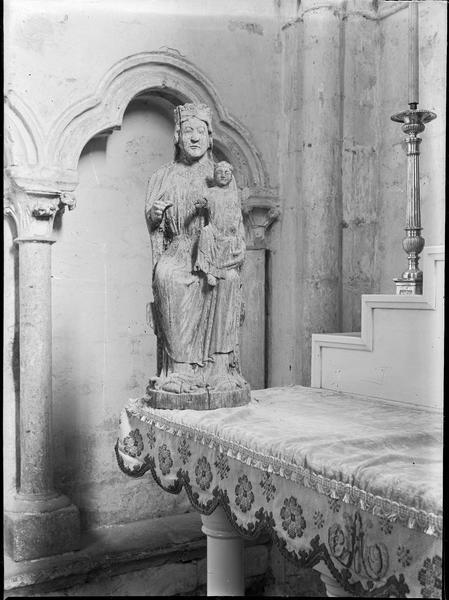 Intérieur : chapelle rayonnante, autel, vue partielle, et statue de la Vierge à l'Enfant