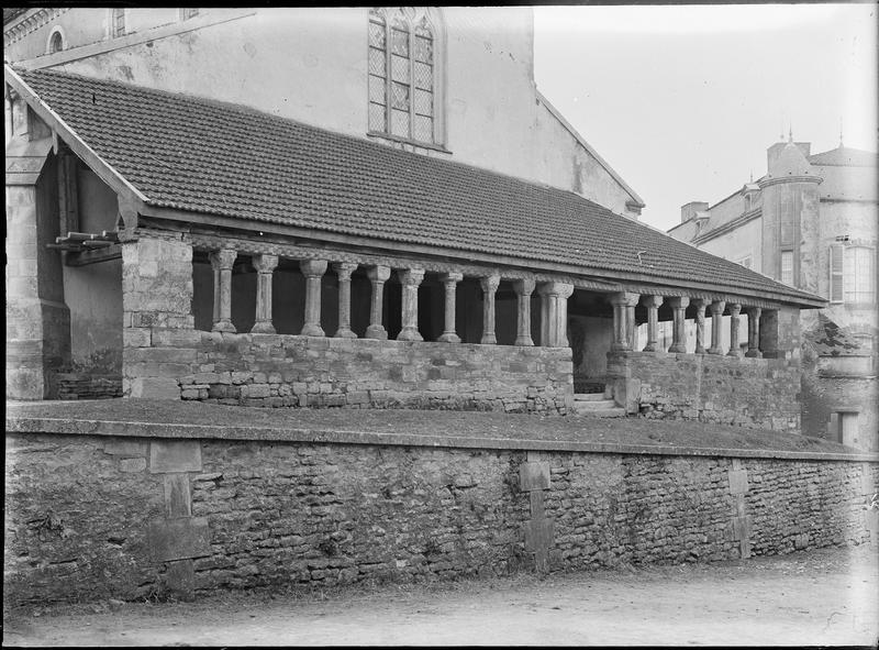 Porche  ouest à colonnades