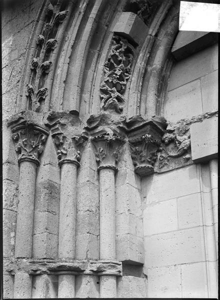 Portail ouest, détail des voussures et chapiteaux sculptés, partie gauche