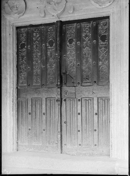 Portail ouest sous porche, porte en bois sculptée