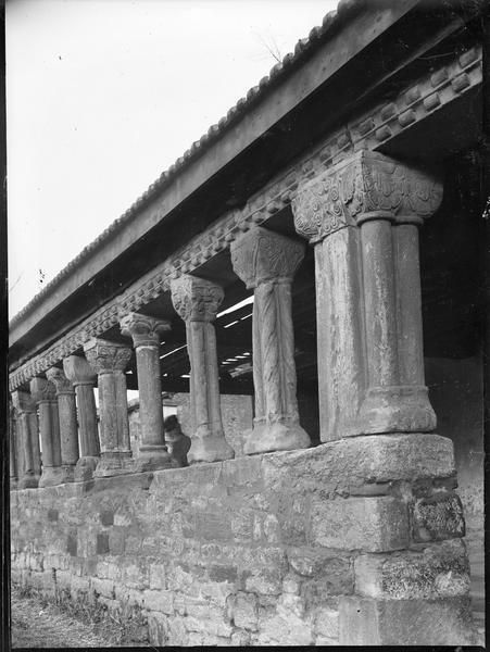 Porche ouest à colonnettes, vue partielle
