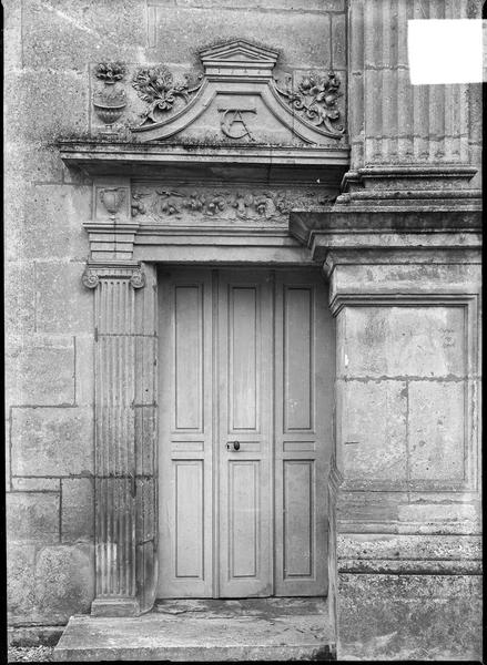Porte avec initiales princières, extrémité gauche de la façade ouest