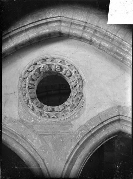 Intérieur : détail d'une arcade de la tribune