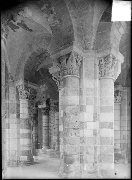 Intérieur : tour porche avec colonnes à chapiteaux sculptés
