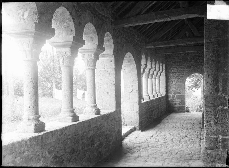 Intérieur : porche ouest à colonnettes