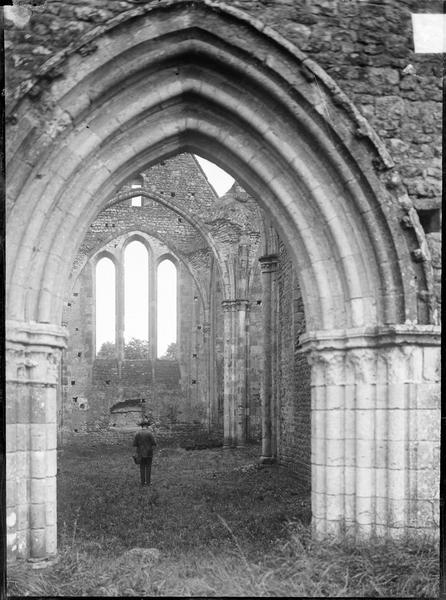 Nef en ruines depuis le portail ouest
