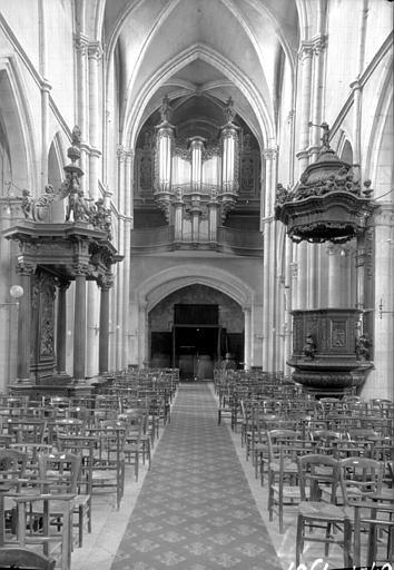 Nef vers l'ouest, chaire à prêcher, banc d'ouvre par Jean-Baptiste Bouchardon et buffet d'orgues