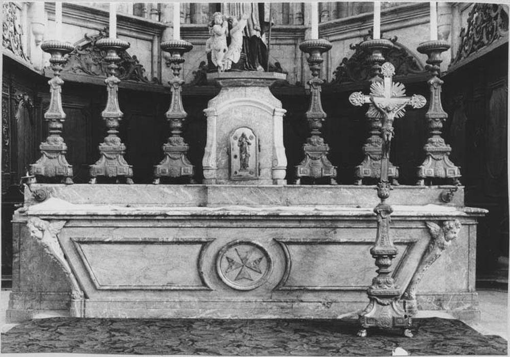 2 autels, tabernacle (maître-autel)