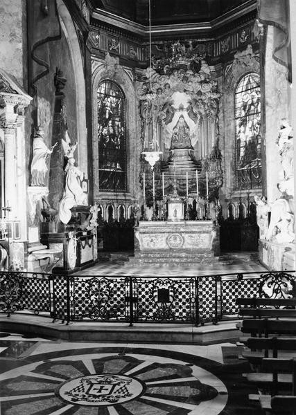 Autel, tabernacle, 6 chandeliers d'autel, croix d'autel (maître-autel et sa garniture, style Louis XV), vue générale