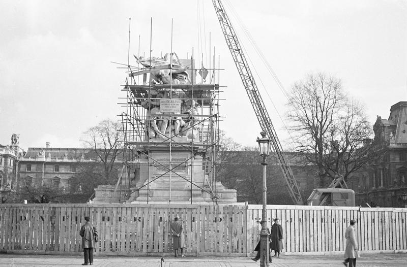 Travaux de dépose du monument à Léon Gambetta : ensemble ouest entouré d'échafaudages et camion grue sur place animée