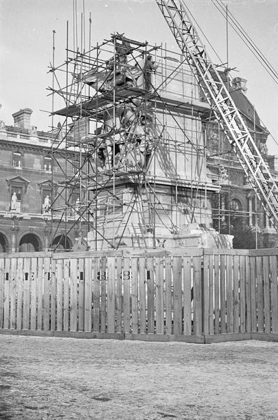 Travaux de dépose du monument à Léon Gambetta : ensemble sud-ouest entouré d'échafaudages
