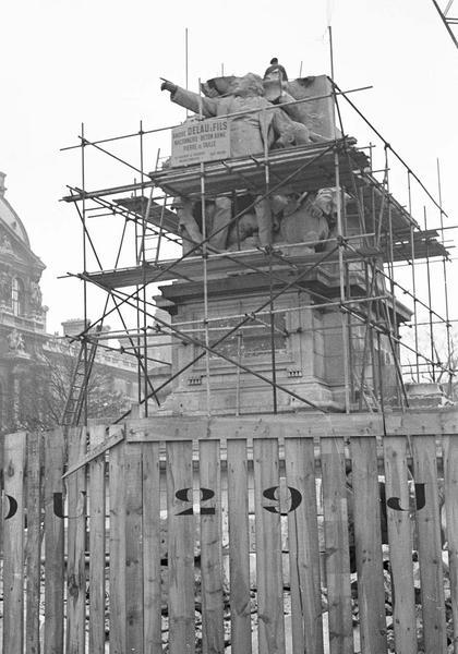 Travaux de dépose du monument à Léon Gambetta : ensemble sud-ouest entouré d'échafaudages et ouvrier